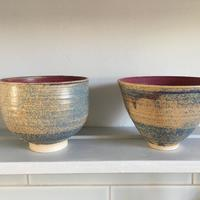 Stoneware; bowls with deep red interiors and slate blue, pebble-like speckled exteriors; approx. diameter 12/13 cm.