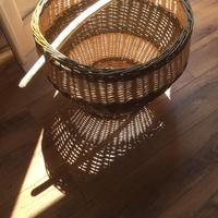 Laundry basket with ash handle